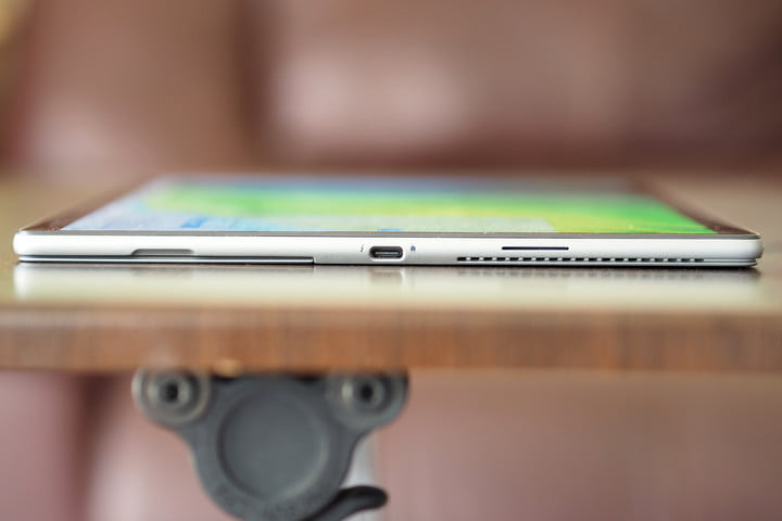 A profile images of the Dell Latitude 7320 Detachable's charging port.